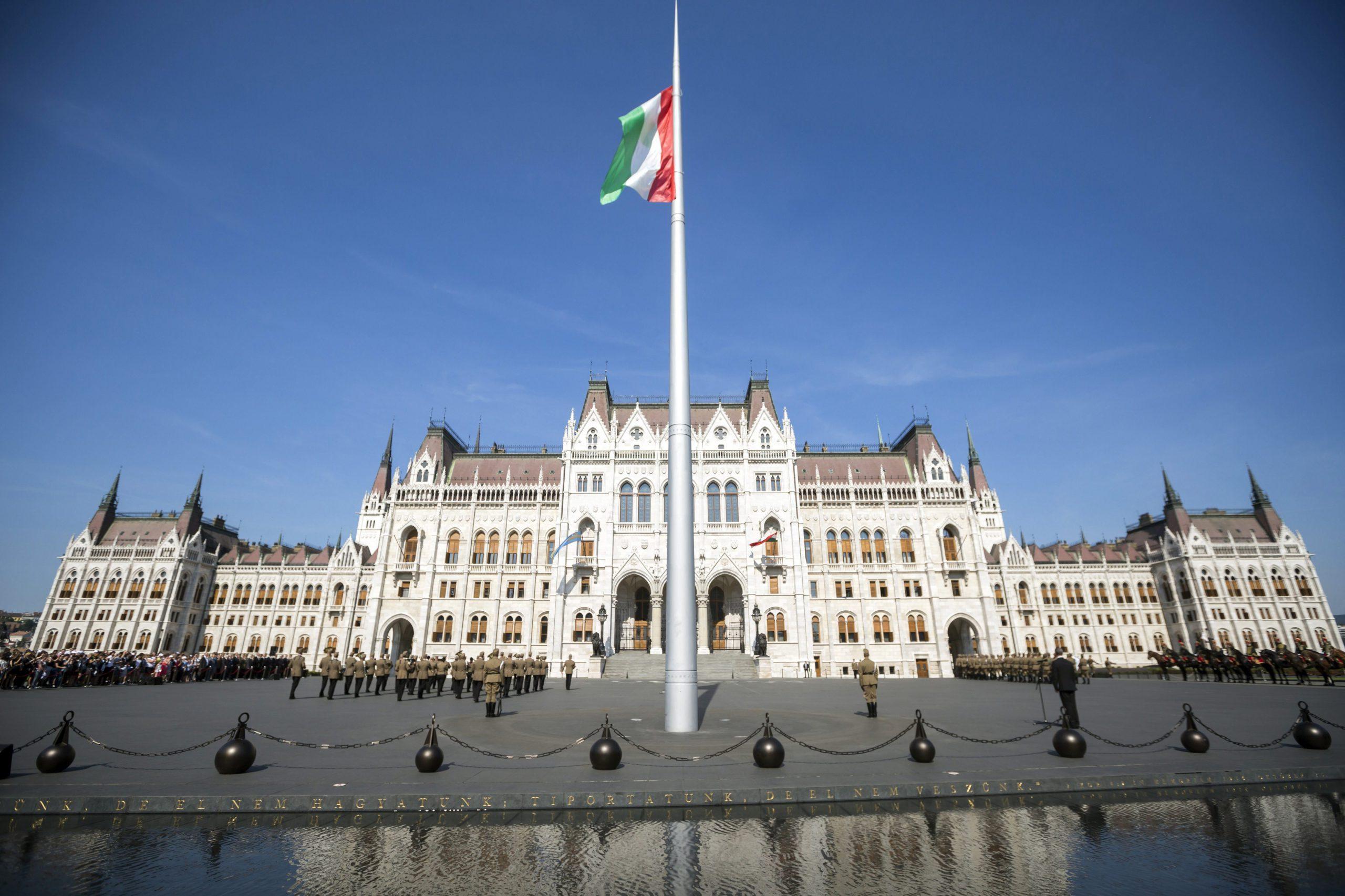 Nemzeti összetartozás napja - Felvonták a nemzeti lobogót a Parlament előtti Kossuth téren