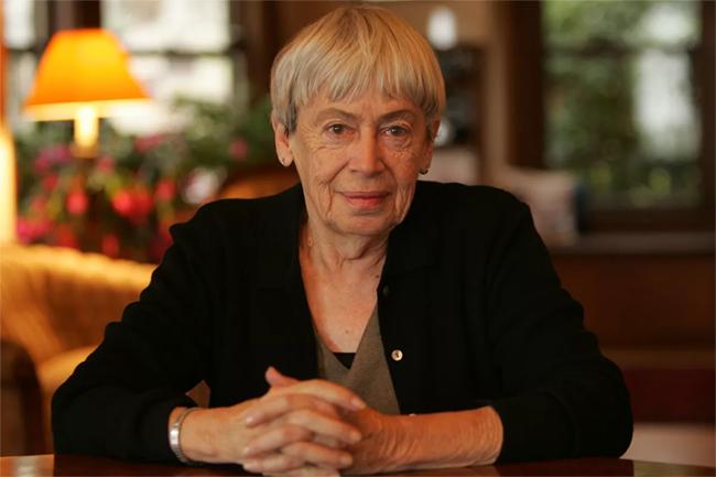 Elhunyt Ursula K. Le Guin díjnyertes sci-fi és fantasyíró
