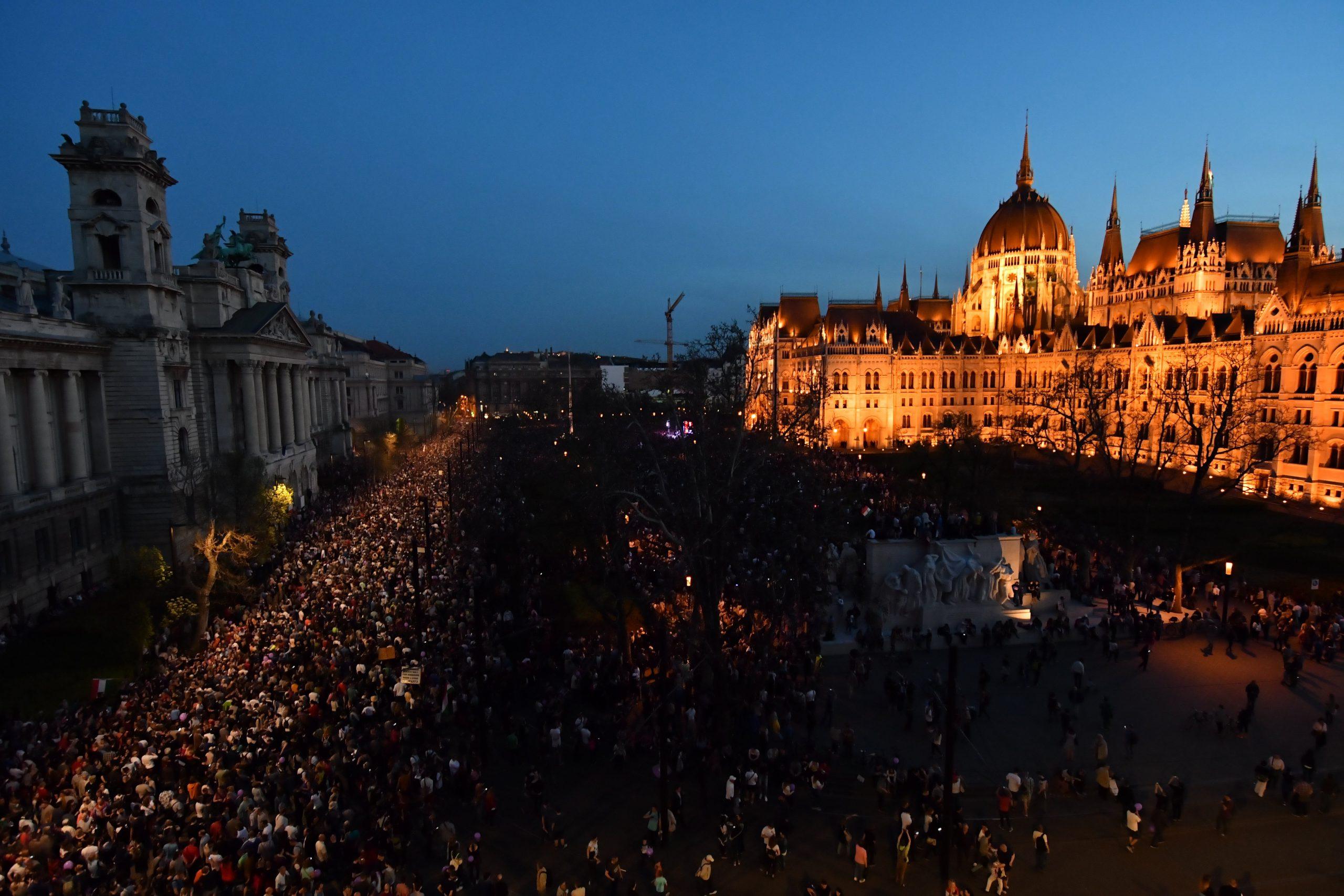 Új választásért és ellenzéki összefogásért demonstráltak Budapesten